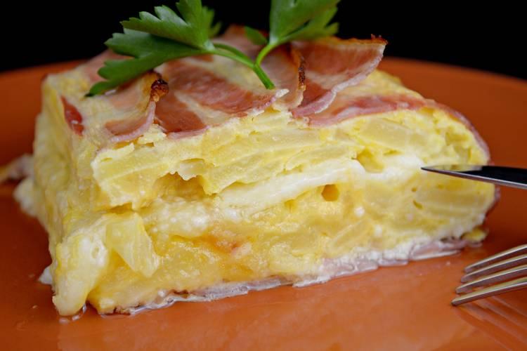 Pastel de tortilla de patata con beicon y queso