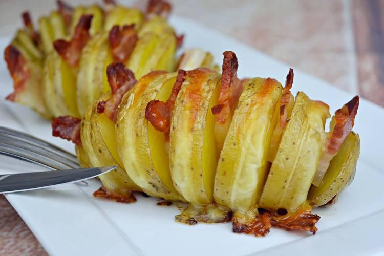 Patatas hasselback con panceta y mozzarella