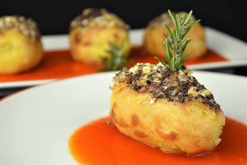 Patatas rellenas con revuelto de morcilla