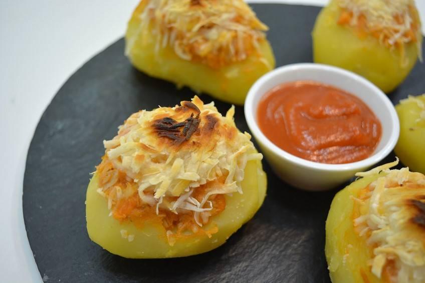 Patatas rellenas de atún con tomate
