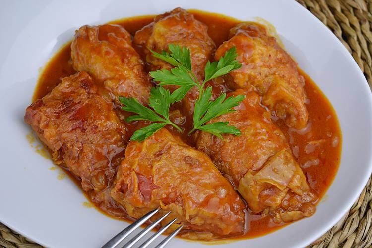 Pimientos rellenos de carne con salsa de tomate
