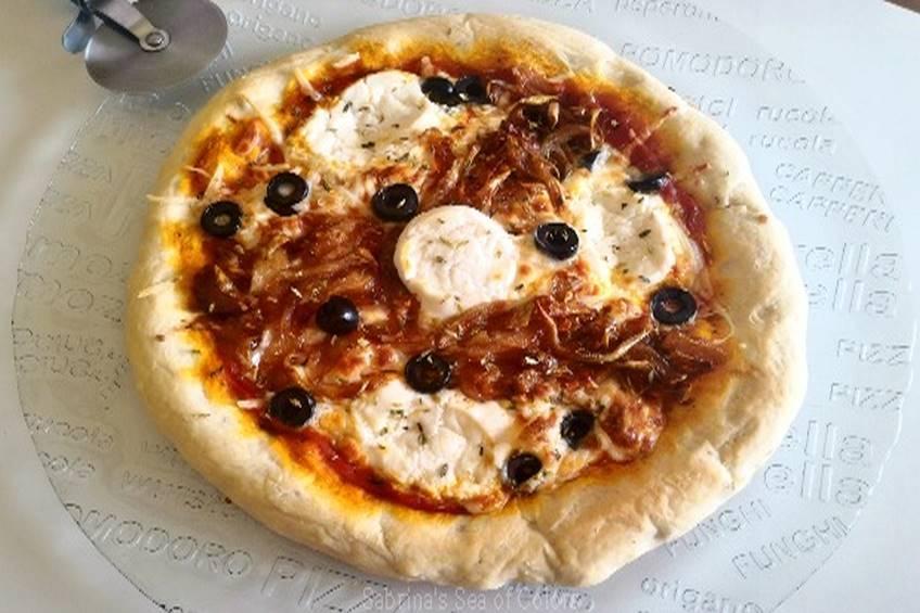 Pizza con cebolla caramelizada y queso