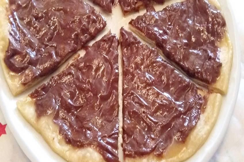Pizza con chocolate y caramelo casero