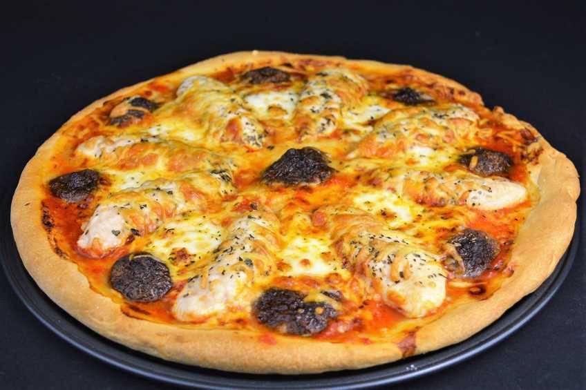 Pizza de pollo y setas con masa casera