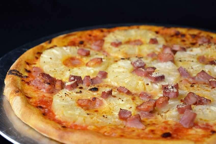Pizza hawaiana con masa casera