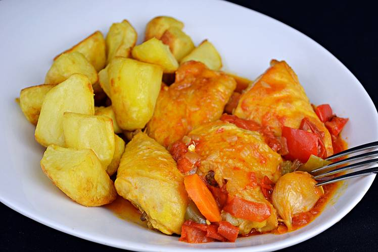 Receta de pollo en salsa a la riojana con patatas