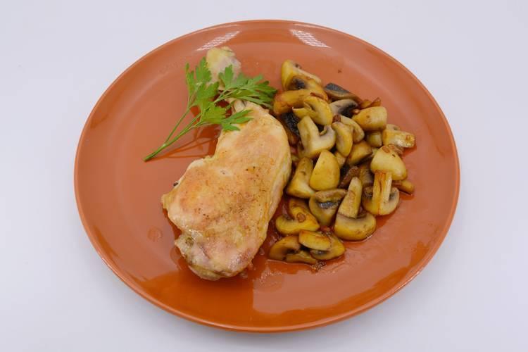 Pollo con champiñones asado al horno