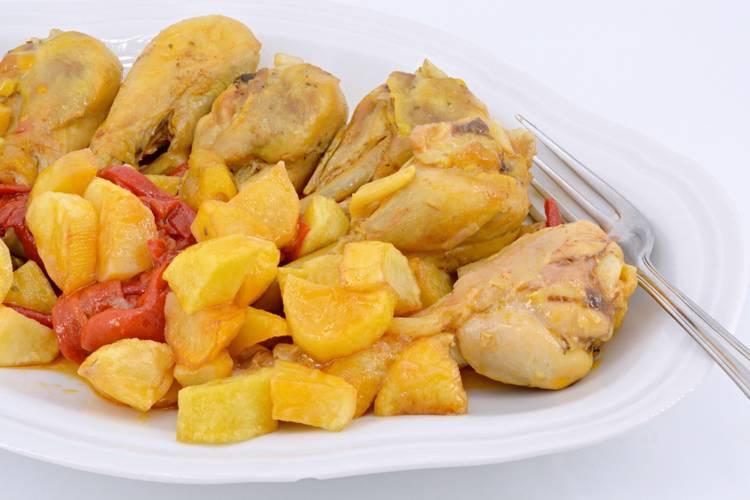 Pollo con pimientos y patatas fritas