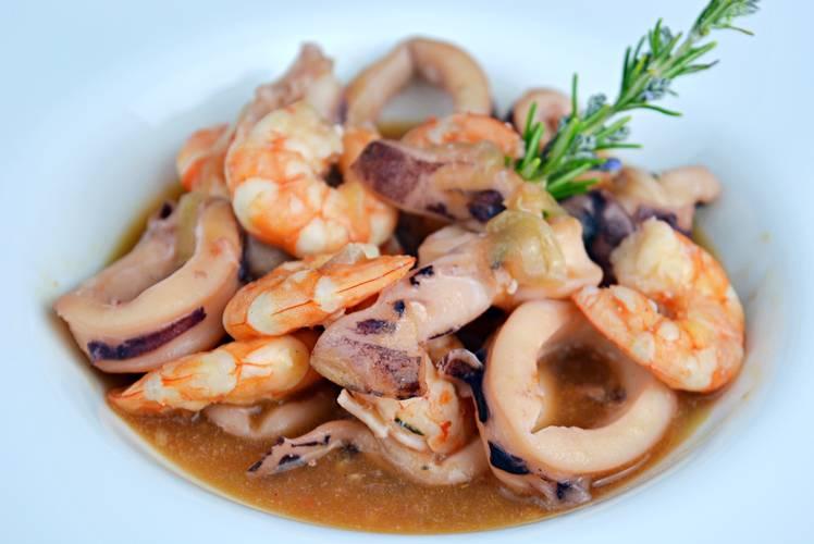 Receta de calamares y langostinos con salsa de marisco