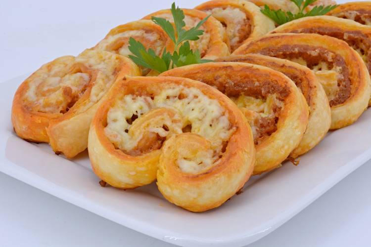 Rollitos de hojaldre con chorizo y queso o galleta riojana
