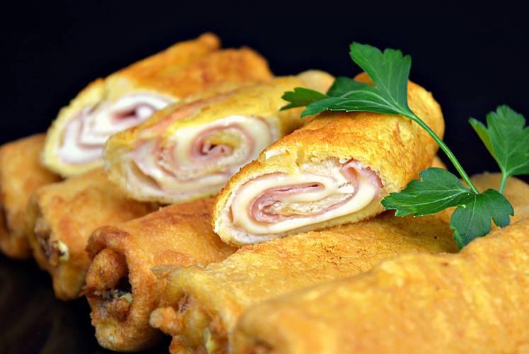 Rollos de pan de molde con jamón y queso