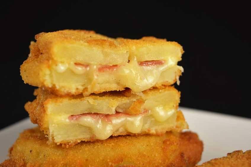 Sándwich de patata con jamón y queso