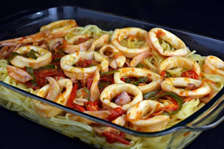 Tallarines con calamares y verduras
