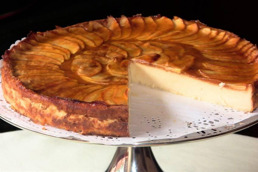 Tarta de manzana sobre chocolate blanco