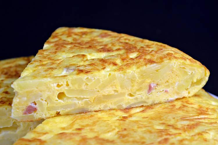 Tortilla de patata con beicon y queso