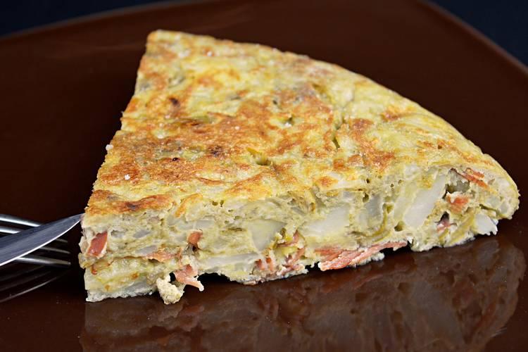 Tortilla de patata con jamón y alcachofas