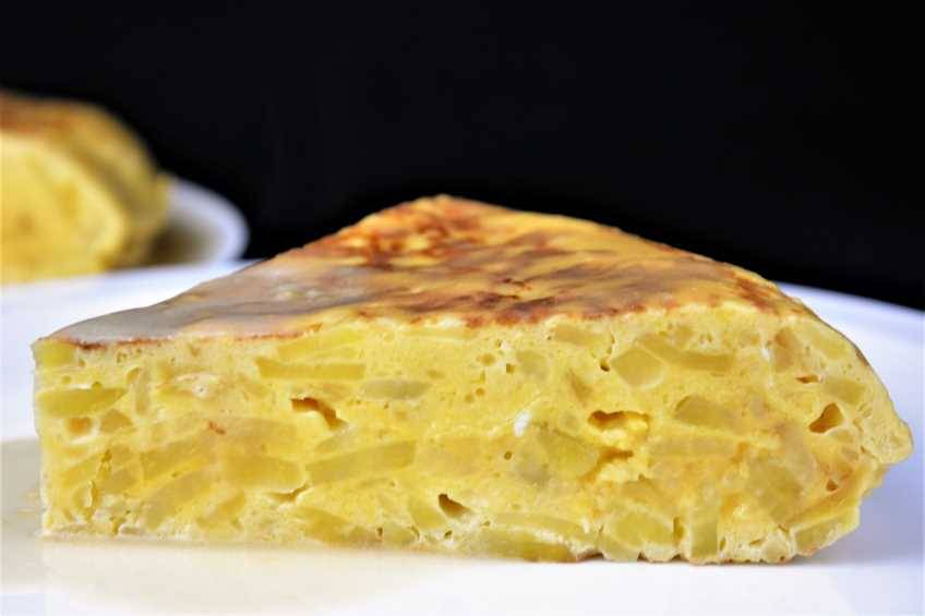 Tortilla de patata con salsa de cebolla