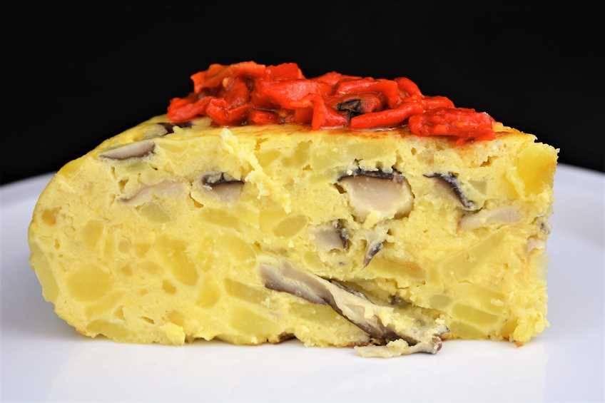 Tortilla de patata y setas con alegrías riojanas