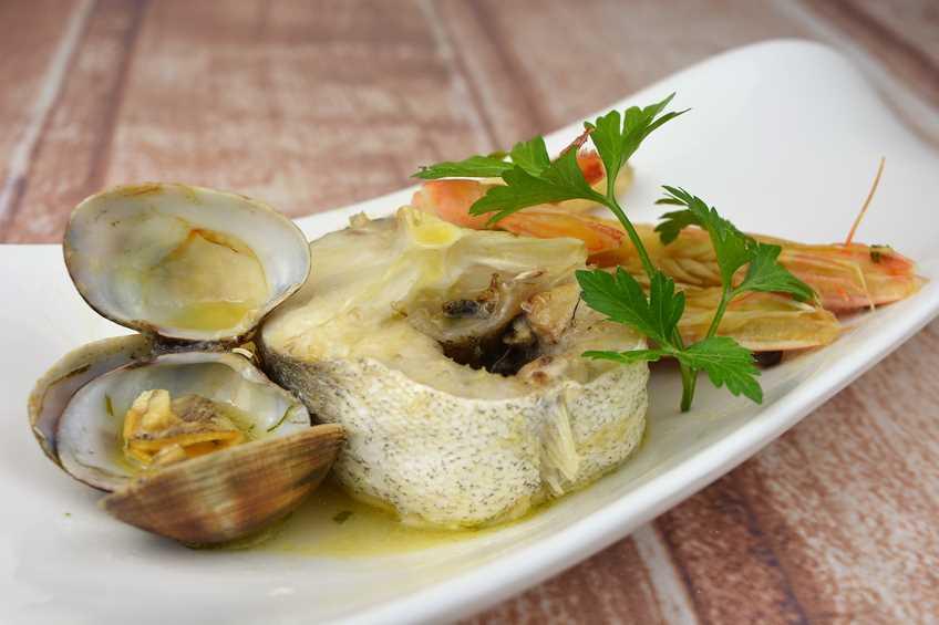 Especial navidad 20 recetas de pescado y mariscos - Cocinar merluza en salsa ...