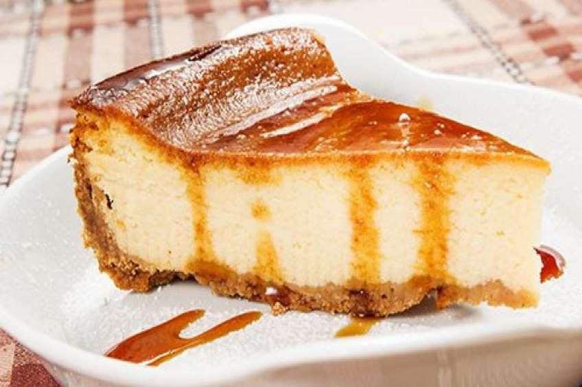 pastel-de-queso-con-salsa-de-caramelo.jpg