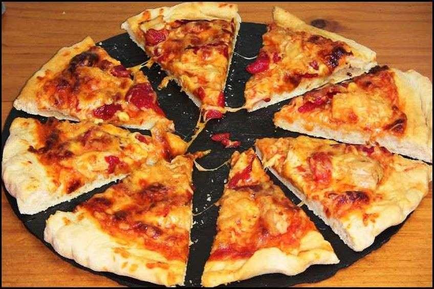 pizza-de-atun-y-pimientos-con-mozzarella.jpg